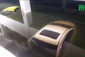 Clip: Xe cứu hỏa giải cứu xe sang 'chết chìm' dưới hầm chung cư cao cấp
