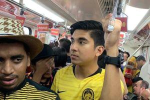 Bộ trưởng Malaysia đi tàu điện ngầm đến sân xem chung kết AFF Cup gây sốt mạng xã hội