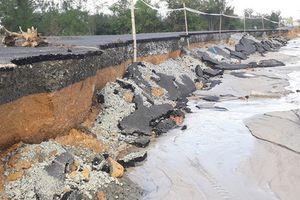 Sạt lở nghiêm trọng tuyến đường cứu hộ, cứu nạn, nhiều ngôi mộ bị nước cuốn trôi