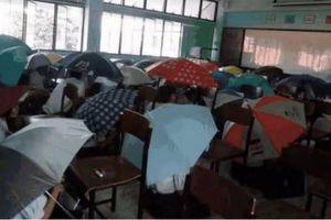 Bức ảnh học sinh che ô lụp xụp kín cả lớp học và sự thật phía sau khiến nhiều người ngã ngửa