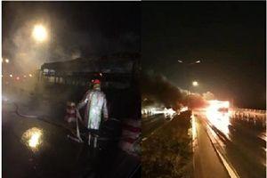 Xe khách bốc cháy dữ dội trên cầu Thanh Trì