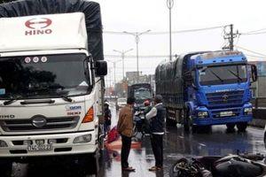 Xe máy va chạm xe tải đang đỗ bên đường, 2 người thương vong