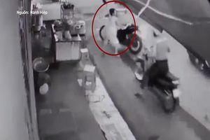 Người phụ nữ bán nước lao ra ngăn cản, 2 tên cướp bỏ lại xe máy chạy trối chết