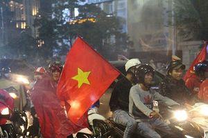 Hình ảnh người dân Cố đô Huế đội mưa cổ vũ đội tuyển Việt Nam