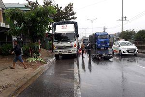 2 người thương vong vì tông xe tải đỗ bên đường
