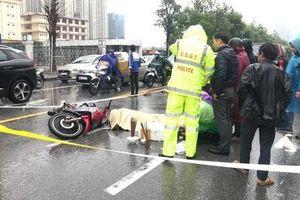 Người thân gào khóc giữa trời mưa rét bên thi thể người đàn ông tử vong vì TNGT