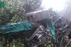Sơn La: Xe tải chở máy xúc lao xuống vực, 4 người thương vong