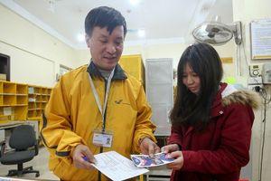 Hàng trăm bưu tá VNPost chuyển 'tin mừng AFF Cup' đến tay người hâm mộ