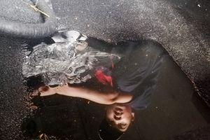 Chủ xe không dám nhìn xế cưng bị tháo tung sau 2 ngày ngâm nước lụt