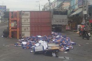Xe container lật trên quốc lộ 1, hàng trăm thùng bia đổ ra đường