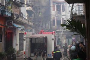 Cháy quán karaoke ở Hà Nội, dân tháo chạy tán loạn