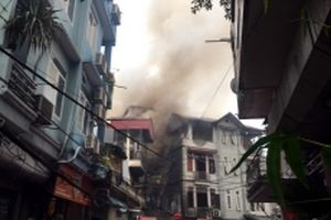 Cháy lớn thiêu rụi quán karaoke trên phố Nguyễn Khiết, Hà Nội