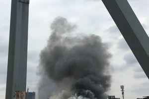 Hà Nội: Quán karaoke gần cầu Chương Dương bốc cháy ngùn ngụt, lan ra 5 nhà kề bên