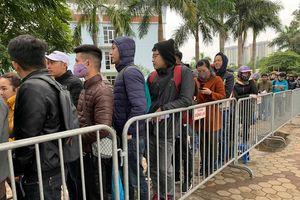 Hà Nội lạnh tệ tái, khán giả vẫn kiên nhẫn chờ lấy vé xem chung kết AFF Cup