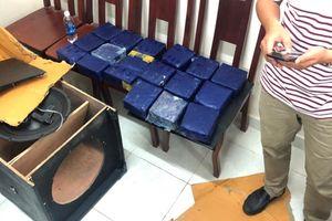 Bắt 'nóng' 19 kg ma túy đá giấu trong cặp loa thùng tại Bến xe Miền Đông
