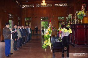 Đoàn đại biểu tỉnh Bô Ly Khăm Xay dâng hoa, dâng hương tại Khu Di tích Kim Liên