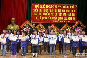 Trao 100 suất học bổng 'Vì trẻ em Việt Nam' cho học sinh Quỳnh Lưu