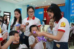 Thí sinh Hoa khôi sinh viên VN thăm làng SOS và nhặt rác ở biển Đà Nẵng