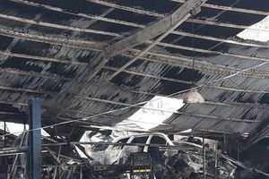 Cận cảnh xưởng sửa ô tô gần trụ sở VFF bị thiêu rụi sau tiếng nổ lớn