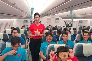 Người đẹp Hoa hậu VN làm tiếp viên trên chuyến bay của ĐT Việt Nam