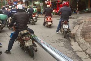 Xe máy quá 'đát' vẫn vô tư 'tung hoành' trên đường phố