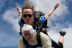 Cụ bà 102 tuổi nhảy dù ở độ cao trên 4.000m