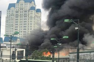 Gara ô tô gần trụ sở VFF bất ngờ cháy lớn, nhiều xe phải khẩn cấp sơ tán ra ngoài