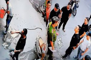 Nhóm côn đồ liều lĩnh phá cửa, tạt dầu nhớt 'khủng bố' nhà dân trước mặt công an ở TP.HCM