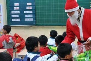 Tranh cãi chuyện 'Ông già Noel' tặng quà cho con ở trường: Chạnh lòng bé có, bé không