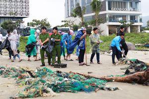 Hơn 300 tấn rác tấp vào các bãi biển Đà Nẵng