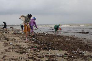 Đà Nẵng ra quân tổng vệ sinh bãi biển sau đợt mưa lớn