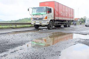 Quốc lộ 1 qua Phú Yên hư hỏng nặng: Khắc phục quá chậm, đùn đẩy trách nhiệm