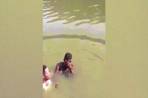 Xuống nước rửa tội cùng mục sư, chìm nghỉm mãi không thấy lên