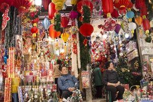Phố Hàng Mã rực rỡ sắc màu mùa Noel xua tan lạnh giá