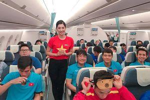 Ngắm gu thời trang của nữ tiếp viên cực xinh chụp cùng đội tuyển Việt Nam