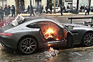 Người biểu tình Pháp phá hủy hàng loạt xe sang ở thủ đô Paris