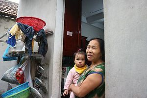 Cha 'ngáo đá' ôm con hơn 1 tuổi 'tung hứng' trên nóc nhà: Lời kể của gia đình bị 'tai bay vạ gió'