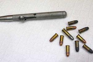 Đến nhà bạn xem súng, một thanh niên bị đạn bắn vào cổ