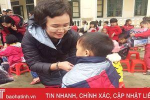 Trường THPT Chuyên Trần Phú - Hải Phòng tặng quà học sinh Sơn Hồng