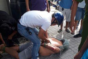 Nữ sinh liều mình lao xe vào tên cướp giật điện thoại
