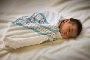 Khi chăm sóc bé dưới 100 ngày tuổi, cha mẹ cần chú ý những điểm này