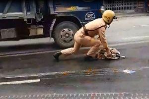CSGT lau dầu loang trên đường được dân mạng 'phục lăn' là ai?