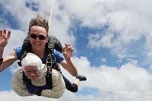 Cụ bà 102 tuổi nhảy dù ở độ cao hơn 4.000m để gây quỹ từ thiện