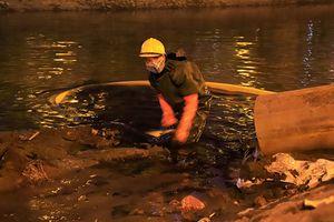 Công nhân dầm mình dưới sông nạo vét bùn trong đêm rét