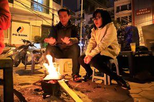 Người Hà Nội đốt lửa sưởi ấm trong ngày rét đậm