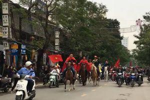 CĐV Hải Phòng cưỡi ngựa đi 'bão' cổ vũ tuyển Việt Nam
