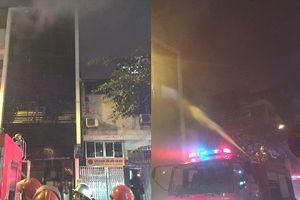 Hà Nội: Cháy dữ dội tại quán karaoke trong đêm, nhiều người hoảng loạn tháo thạy