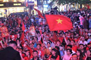 Cổ động viên TPHCM nhuộm đỏ phố đi bộ trước trận chung kết lịch sử