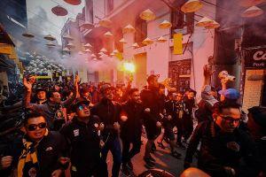 CĐV Malaysia hò hét, náo loạn phố Hà Nội trước trận chung kết AFF Cup