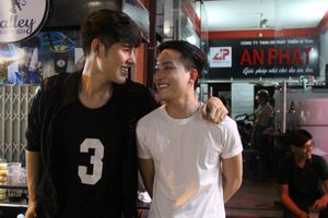 Hai chàng trai đẹp yêu nhau, bán trà sữa 'hút' người Sài Gòn đến chụp ảnh